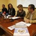 La concejala Ana Albert, la presidenta de la Asociación Vive y otros asistentes a la rueda de prensa/ayto valencia