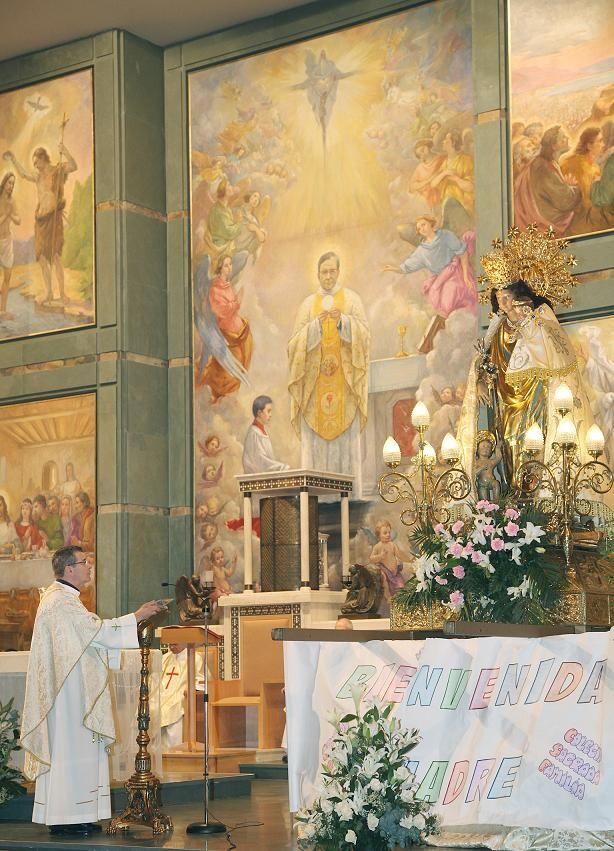 El párroco contempla la imagen de la Virgen ante un mural donde esta´San Josemaría/Manue Guallart