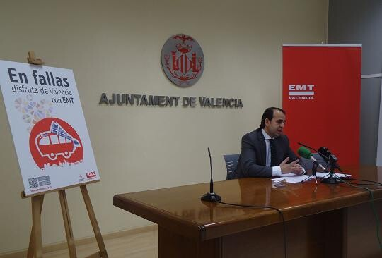 El concejal de Circulación, Alberto Mendoza, con el cartel de las Fallas 2013 de la EMT/ayto vlc