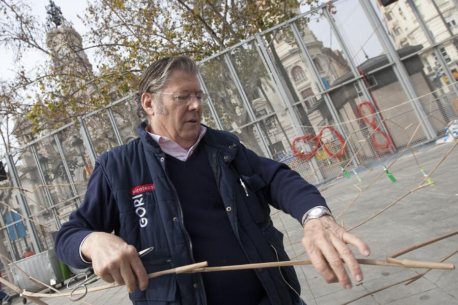Gori, ultimando los detalles de su última mascletà en la plaza del Ayuntamiento. Foto: Manuel Molines
