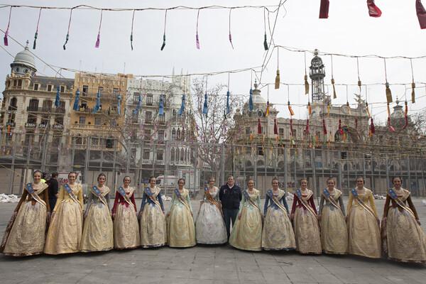 La Corte de Honor, con Gori antes de la mascletà. Foto: Manuel Molines