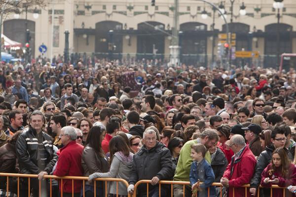 Multitud de valencianos disfrutaron de la última mascletà de Gori. Foto: Manuel Molines