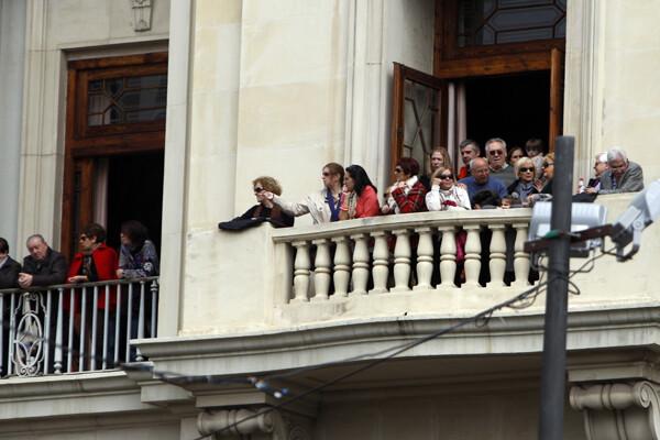 Los balcones, repletos para contemplar la mascletà. Foto: Manuel Molines