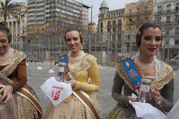 Las Falleras, con un pañuelo y un obsequio conmemorativos del 50 aniversario de a Pirotecnia Gori