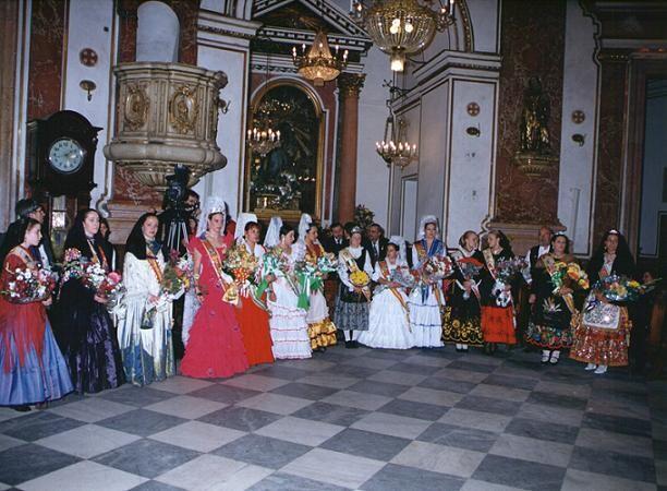 Reinas y presidentes de las casas regionales en un acto en la Basílica en 2002