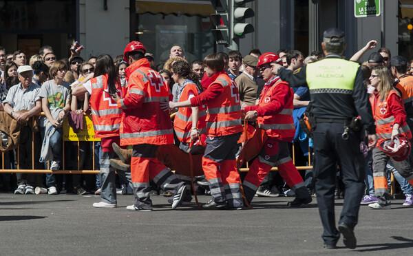 Voluntarios de Cruz Roja atienden a uno de los asistentes por una lipotimia/I. Ferrera