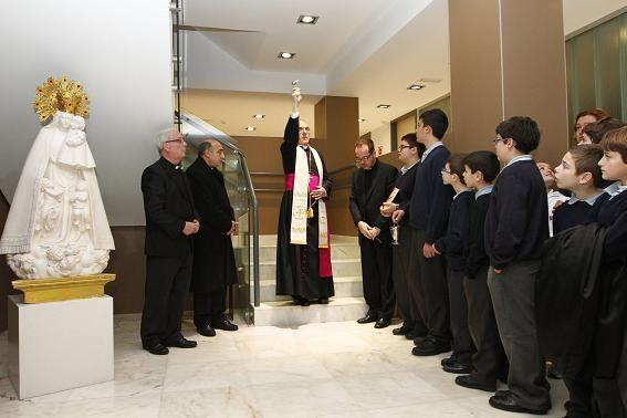 Momento de la bendición de las dependencias remozadas de la Escolanía de la Virgen de los Desamparados/  alberto saiz