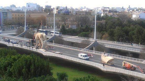 Los operarios de Manolo García y falleros de Na Jordana ensamblan las piezas en el Puente de las Artes/xufina Come Orxateitors