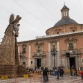 Varias personas contemplan el esqueleto de la figura de de madera de la Virgen donde se depositaran miles de ramos de flores/Isaac Ferrera