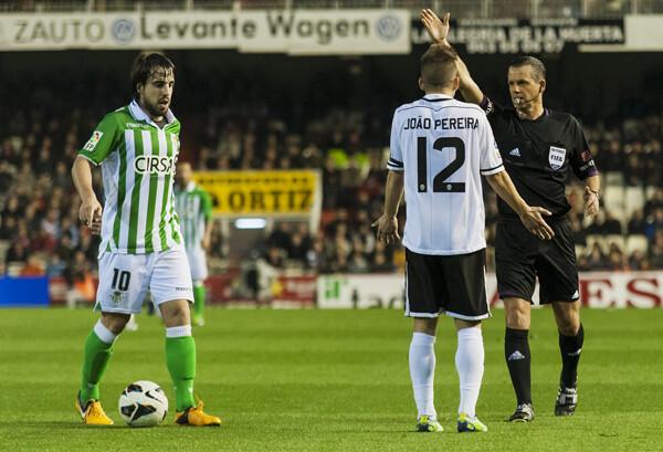 Pereira se extraña ante lo que le pitó el arbitro/I.Ferrera