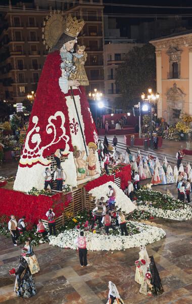Falleras de una comisión pasan por delante de la figura de la Virgen después de entregar los ramos/Isaac Ferrera
