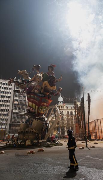 Un bombero supervisa el inicio de la cremá de la falla de la Plaza del Ayuntamiento, 2013. Foto: Isaac Ferrera.