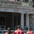 Tres voluntarios de Cruz Roja delante del ayuntamiento en la mascleta de hoy/Isaac Ferrera