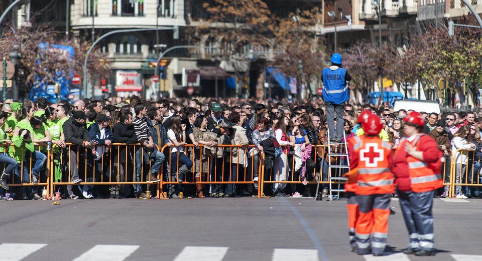 La gente llenó casi la plaza para escuchar la segunda mascleta de la mano de los Ferrández/Isaac Ferrera