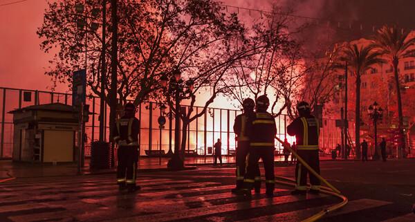 Fuegos artificiales previos a la cremà. Foto: Isaac Ferrera