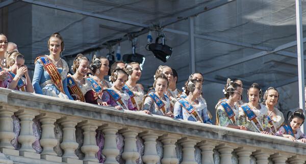 Una vista del balcón con las cortes de honor y Falleras Mayores en primera fila/I. Ferrera