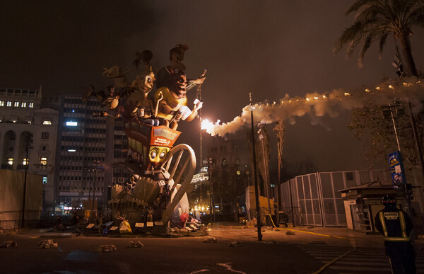 La mecha llega hasta la falla municipal. Foto: Isaac Ferrera
