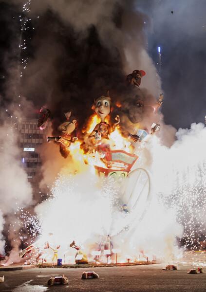 La falla, presa de las llamas. Foto: Isaac Ferrera