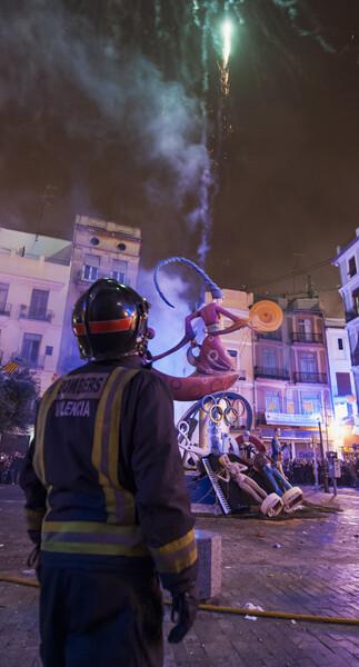 Los bomberos, atentos a la cremà complicada de una falla del barrio del Carmen. Foto: Isaac Ferrera