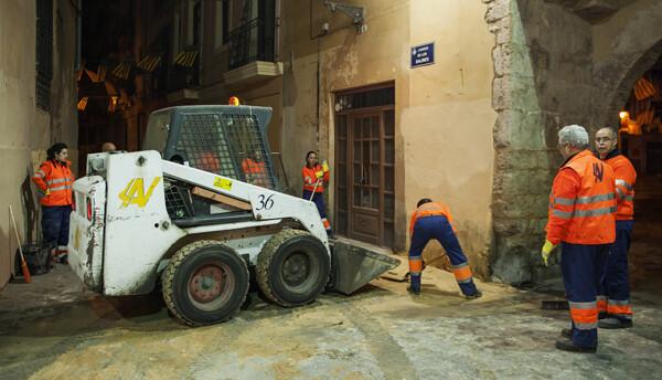 Los servicios de limpieza comienzan a borrar el rastro de la cremà. Foto: Isaac Ferrera