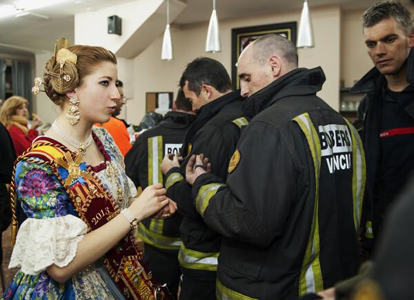 La Falla agasaja a los bomberos agradeciendo su labor. Foto: Isaac Ferrera