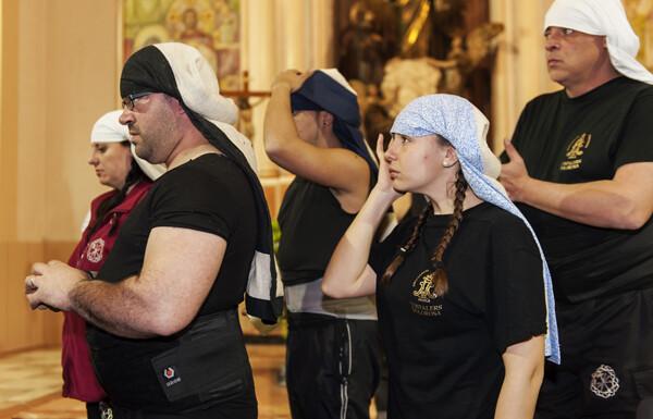 Fe y devoción en la mirada de los costaleros antes de coger a la Virgen/Isaac Ferrera