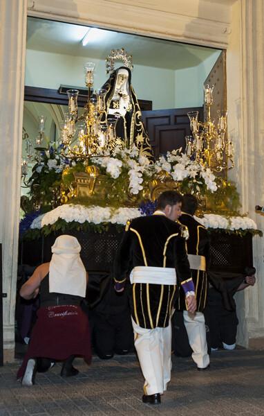 Los costaleros sacaron a la Dorolosa de rodillas por el arco de la iglesia/I.Ferrera