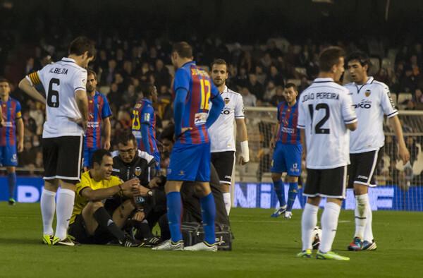 Velasco Carballo, atendido por los servicios médicos del Valencia, tras ser arrollado por Joao Pereira. Foto: Isaac Ferrera