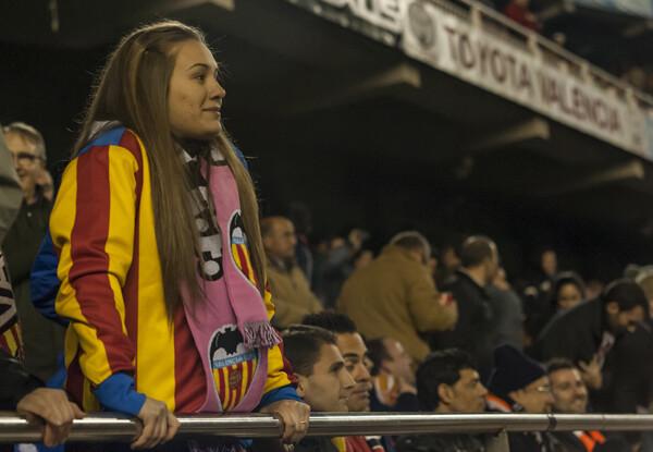 Una aficionada valencianista se levanta de su asiento para animar a los de Valverde. Foto: Isaac Ferrera