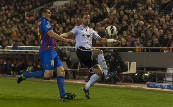 Soldado, intentando dejar atrás a Ballesteros, terminaría marcando el segundo del Valencia. Foto: Isaac Ferrera