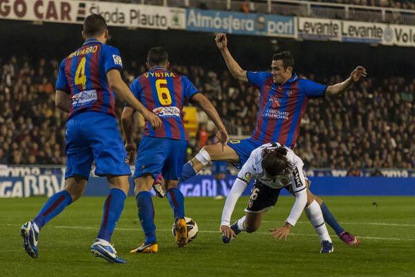Valdés cae ante la oposición de Ballesteros. Foto: Isaac Ferrera