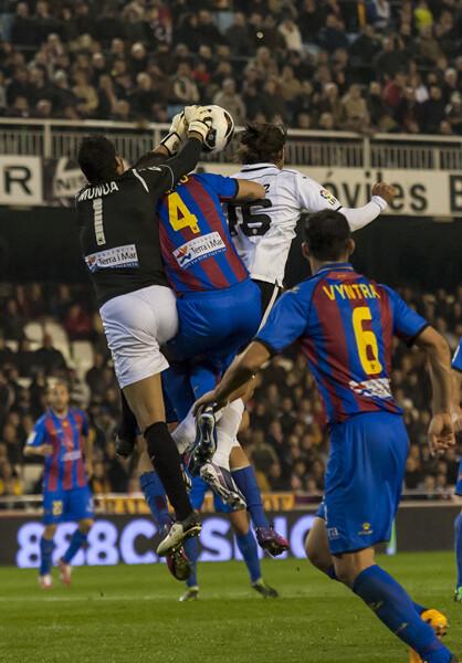 Valdés intenta rematar de cabeza rodeado de jugadores levantinistas. Foto: Isaac Ferrera