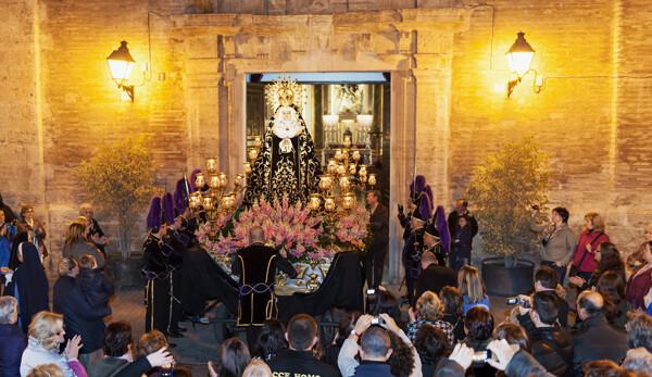 Los granaderos hacen guardia cuando sale la Dolorosa de su templo/Isaac Ferrera