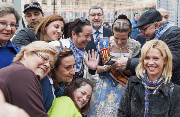 La Fallera Mayor, Begoña Jiménez, firma autógrafos a un grupo de personas/Isaac Ferrera