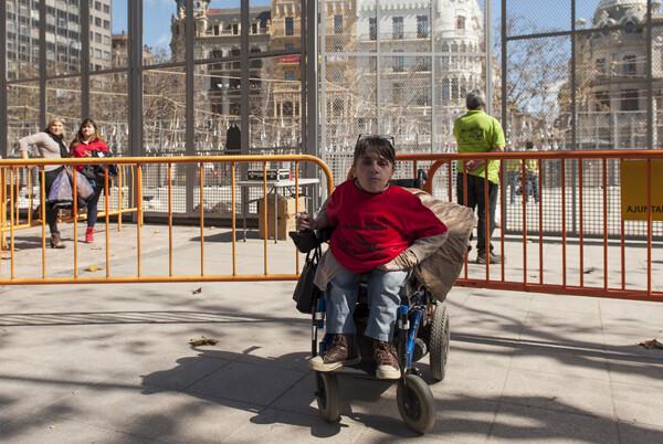 La protesta de personas discapacitadas contra la retirada de las ayudas sanitarias protagonizó los momentos previos a la mascletà. Foto: Isaac Ferrera.
