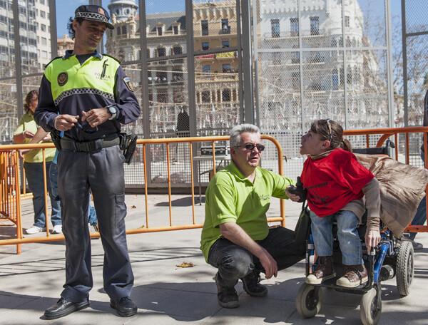 Agentes de la Policía conversan con los discapacitados aconsejándoles retirarse de la zona de mascletaea. Foto: Isaac Ferrera