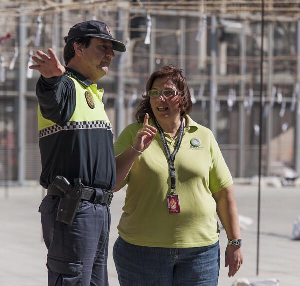 Reyes Martí hablando con un policía antes del disparo de la mascletà. Foto: Isaac Ferrera