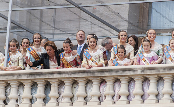 Rita Barberá, las Falleras Mayores de Valencia y sus Cortes de Honor saludan a los valencianos desde un repleto balcón del Ayuntamiento. Foto: Isaac Ferrera