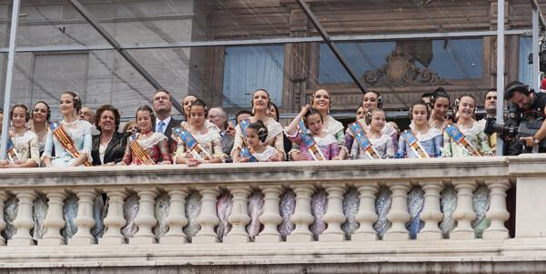 La alcaldesa, el presidente fabra y las Falleras, en el balcón del Ayuntamiento, contemplan la parte aérea de la mascletà. Foto: Isaac Ferrera