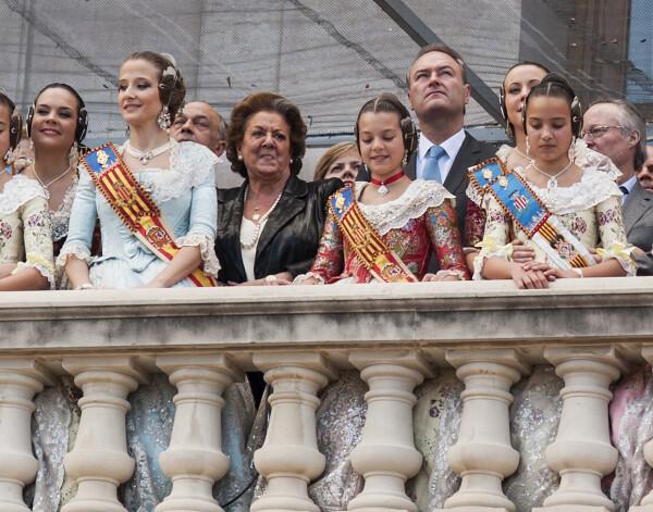 La alcaldesa, el presidente fabra y las Falleras, en el balcón del Ayuntamiento. Foto: Isaac Ferrera