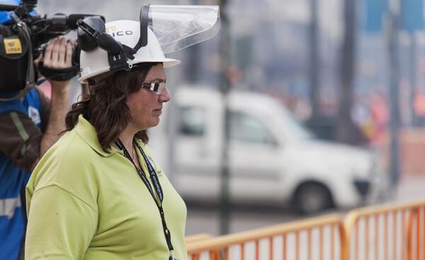 La pirotécnica, con el preceptivo casco de seguridad. Foto: Isaac Ferrera