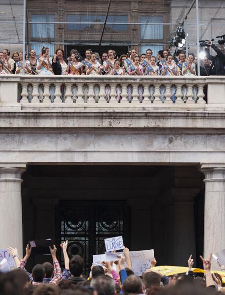 Parte del público protesta bajo el balcón. Foto: Isaac Ferrera