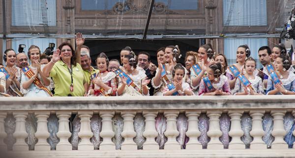 Reyes Martí es agasajada en el balcón del Ayuntamiento, como es preceptivo. Foto: Isaac Ferrera
