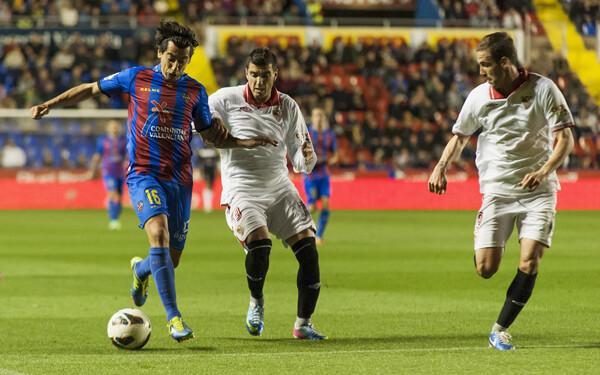 Ríos maneja ante dos rivales. Foto: Isaac Ferrera