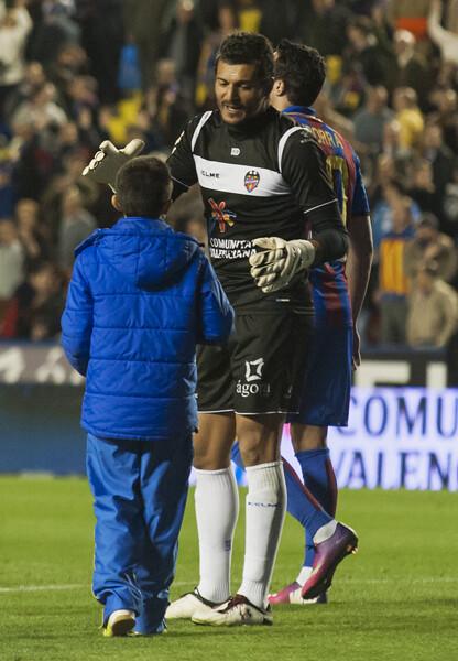 Un niño felicita a Munúa, que tuvo una destacada actuación. Foto: Isaac Ferrera