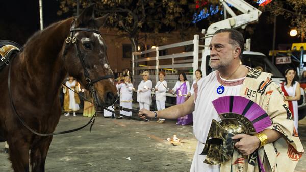 Pere Borrego, presidente de Na Jordana coge la brida de un caballo mientras sus falleros rodean la plaza con antorchas/Isaac Ferrera