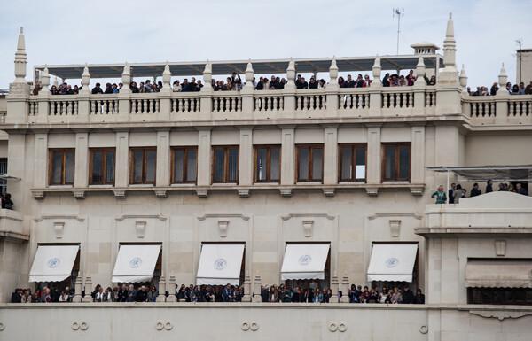 Los balcones del Ateneo Mercantil y la azotea se pueblan de decenas de personas/Isaac Ferrera