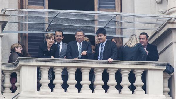 Un grupo de invitados en un balcón con el edil de Circulación de Valencia, Alberto Mendoza/Isaac Ferrera