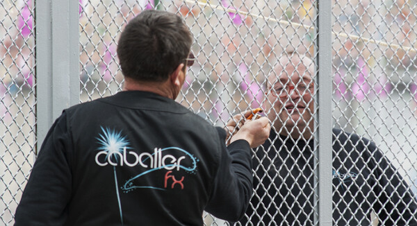 Un operario de Caballer FX le pasa a otro material antes del inicio del disparo/Isaac Ferrera