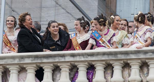 La alcaldesa, Rita Barberá, con la mezzosoprano, en el balcón con las falleras/Isaac Ferrera